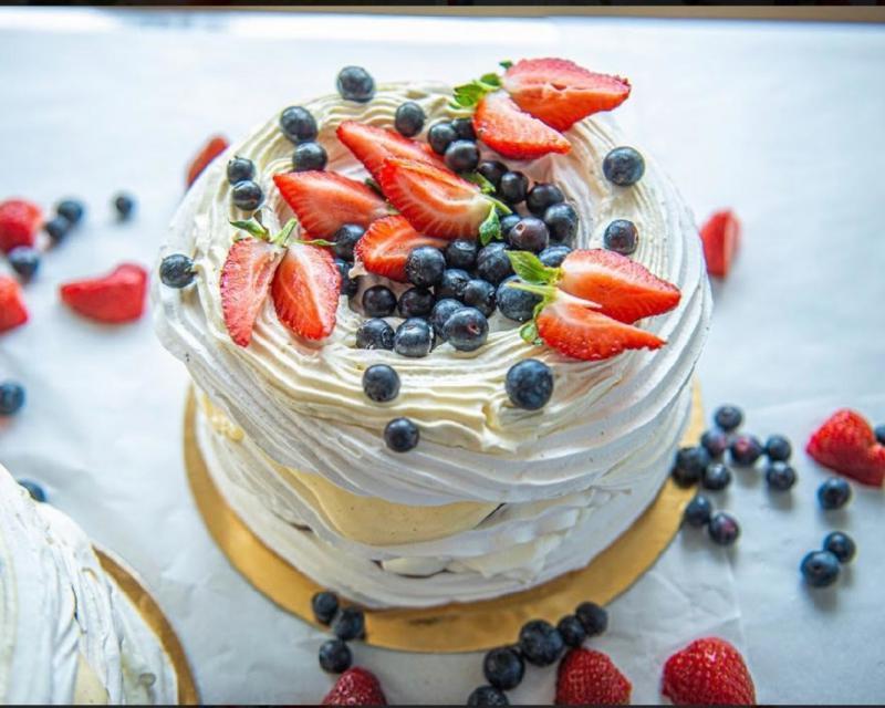 Poza Tort Pavlova cu mousse de lamaie, crema de mascarpone, frisca si fructe de padure