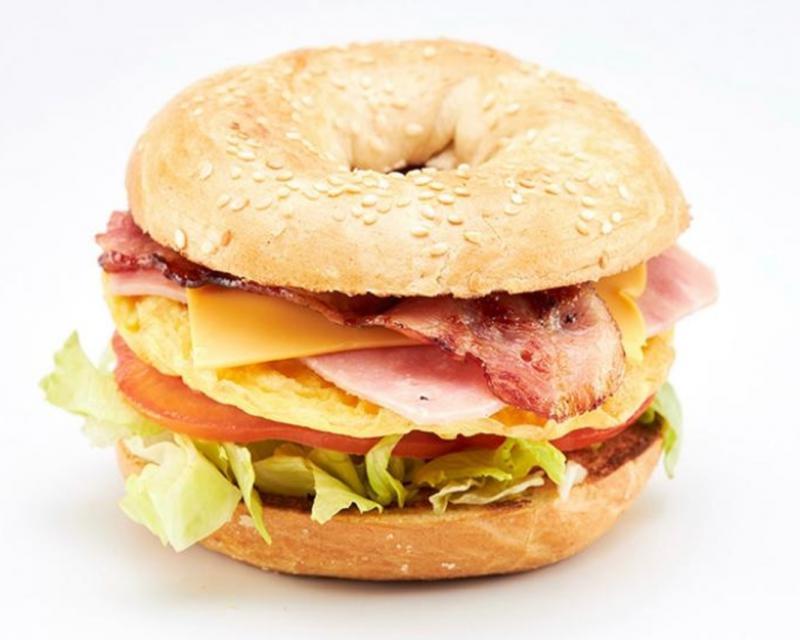 Poza Bagel cu omletă,sunca si bacon