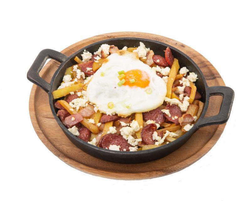 Poza Cartofi prajiti cu bacon, carnaciori, ochiuri cu telemea