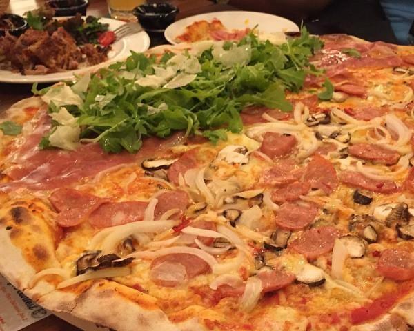 Poza Pizza medie cu rucola, prosciuto şi lămâie