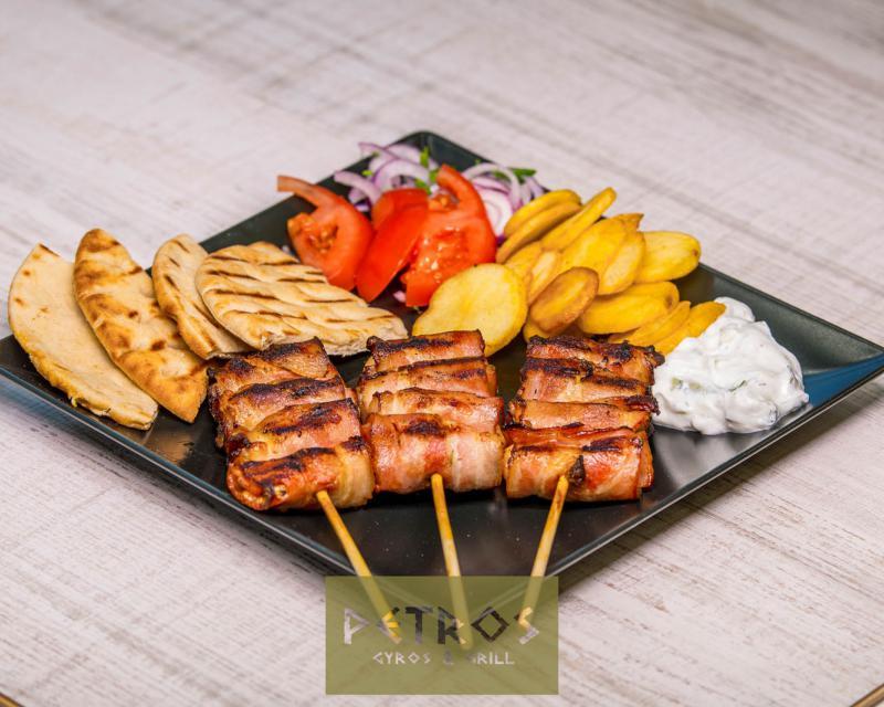 Poza Souvlaki de pui cu bacon la farfurie