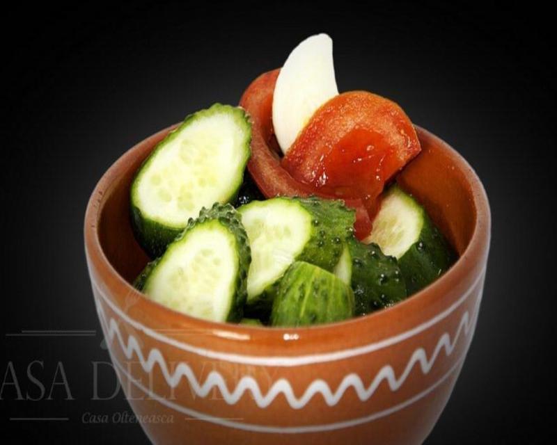 Poza Salata asortată de roșii și castraveti