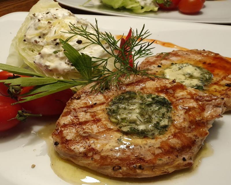 Poza Cotlet de porc cu salata iceberg si sos tzatziki