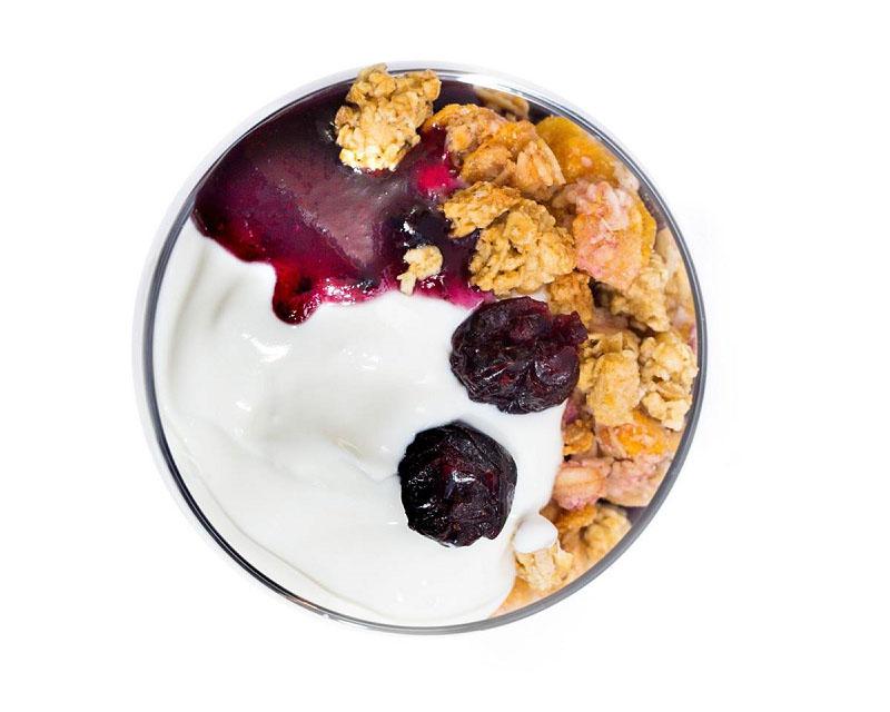 Poza Iaurt grecesc cu gem de afine, musli crunch si merisoare