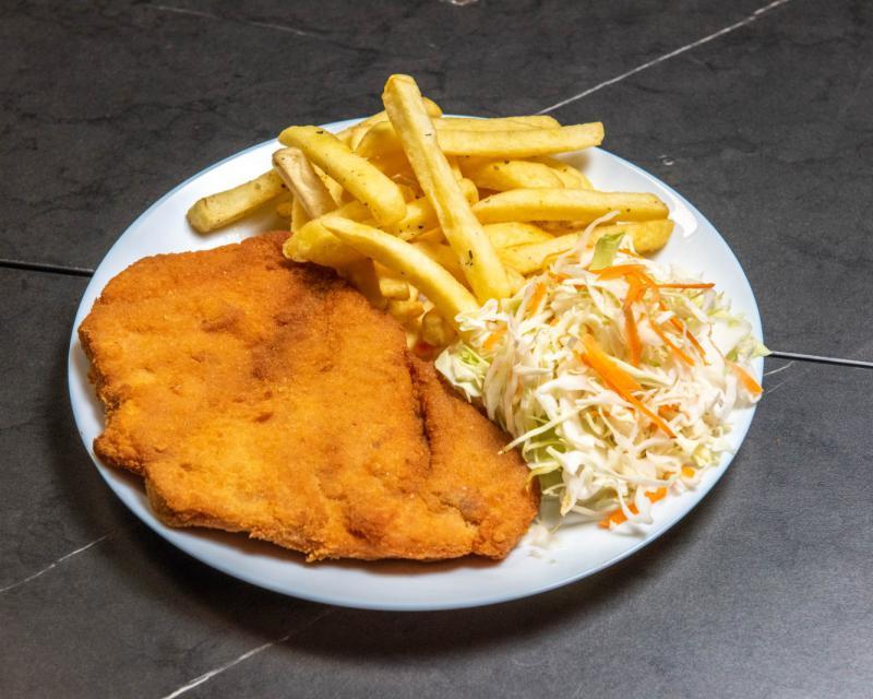 Poza Snitel de pui cu cartofi prajiti si salata