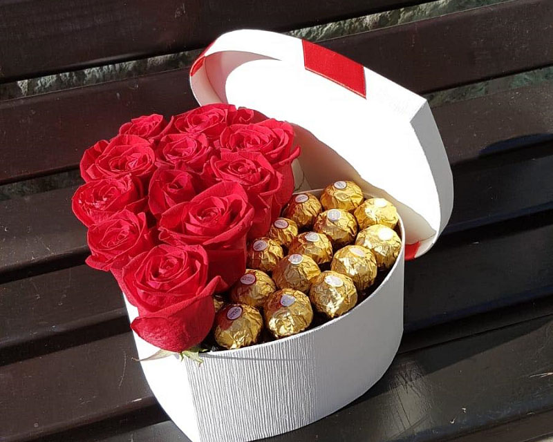 Poza Cutie inima 11 trandafiri si bomboane Ferrero Rocher