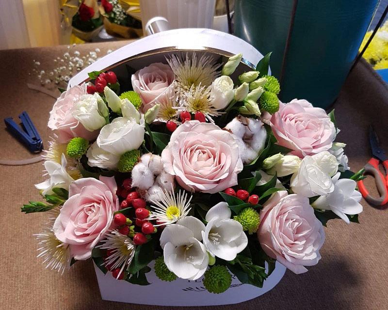 Poza Cutie trandafiri, lisianthu, frezie, bumbac si crizantema