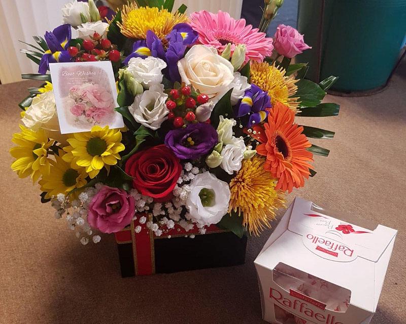 Poza Cutie trandafiri, lisianthus, gerbera, iris si crizantema