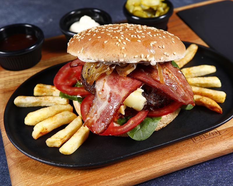 Poza Burger Black Angus Quattro Formaggi cu ceapa caramelizata si maioneza cu trufe